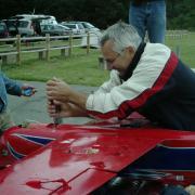 L. Bardy  répare son train après avoir perdu une aile